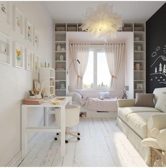 quarto feminino com parede lousa e móveis planejados.