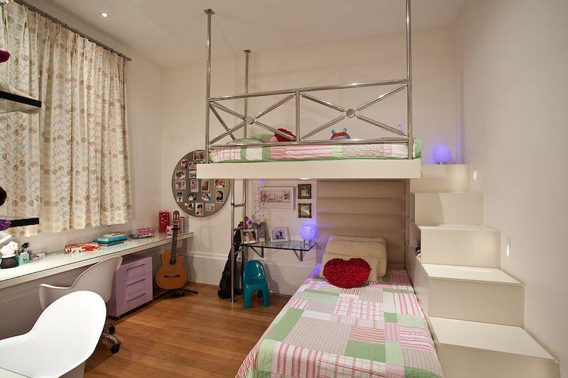 quarto com beliche e espaço de estudo.