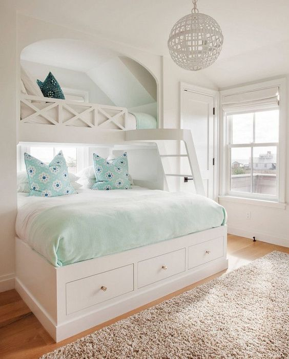 quarto totalmente branco com beliche planejada