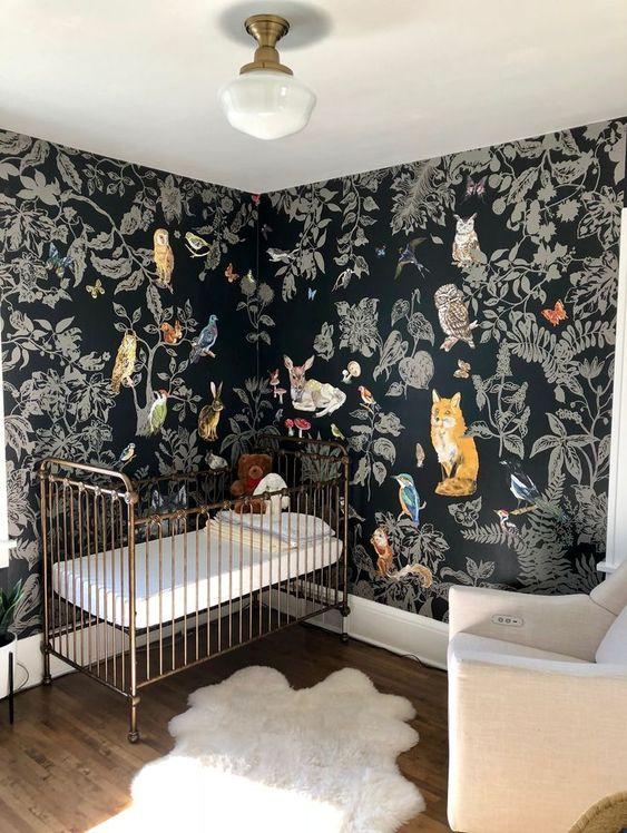 quarto de bebê com papel de parede preto.