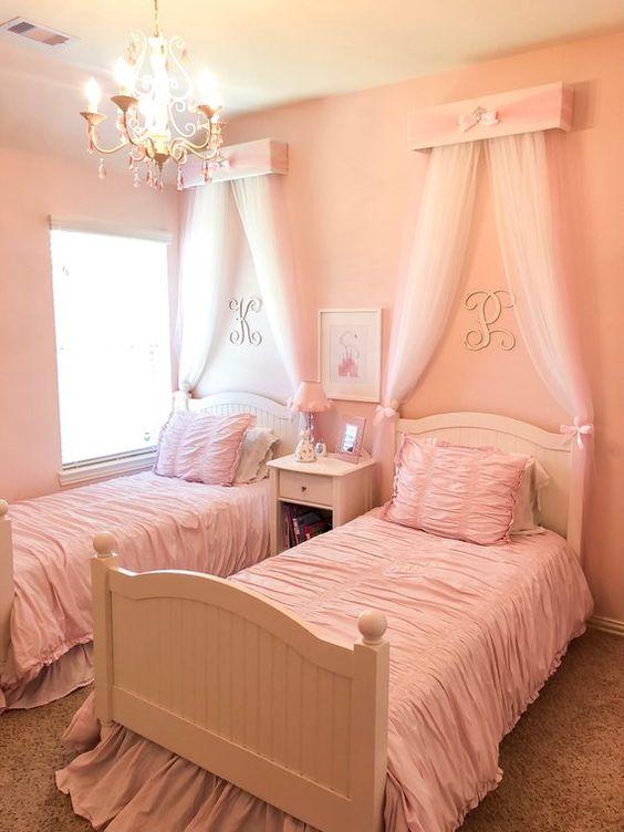 quarto de criança menina com dossel rosa