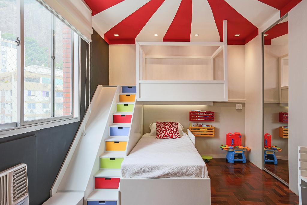 quarto circo colorido com escorrega
