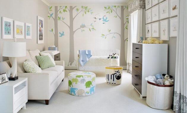 quarto de bebê colorido com papel de parede