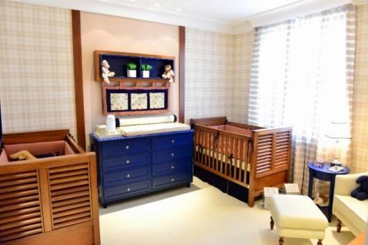 quarto de bebê com cômoda azul
