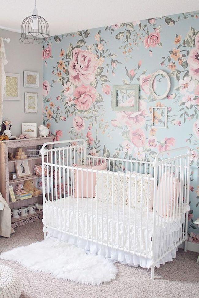 quarto de bebê feminino com papel de parede floral azul