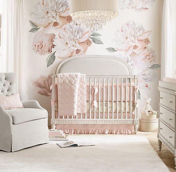 quarto de bebê feminino com papel rosa de flor.
