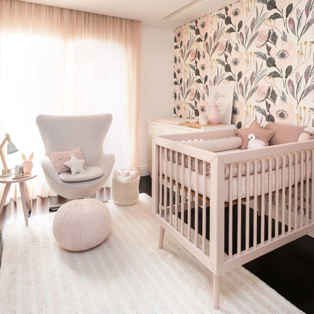 quarto infantil com parede rosa