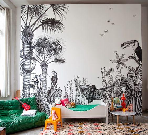 quarto de bebê com papel de parede tropical