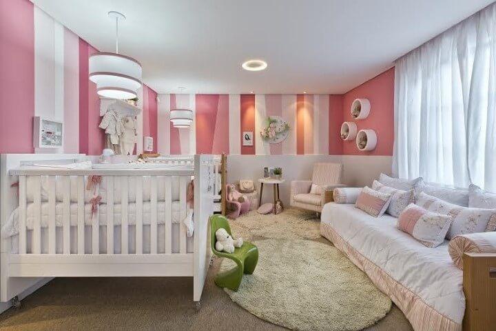 quarto de bebê com listras rosa e branco