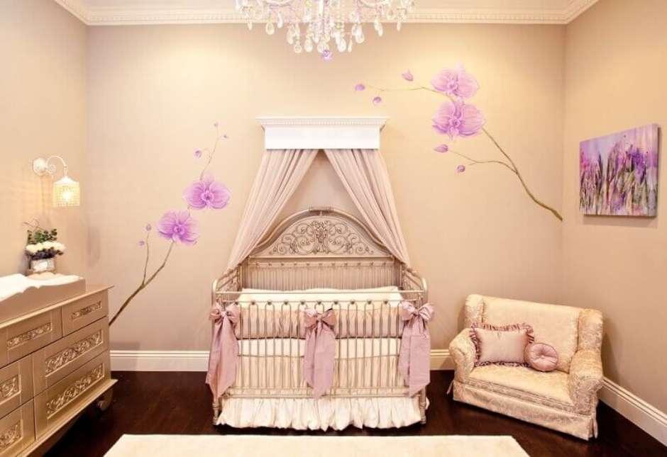 Quarto de bebê menina decorado com flores orquídeas
