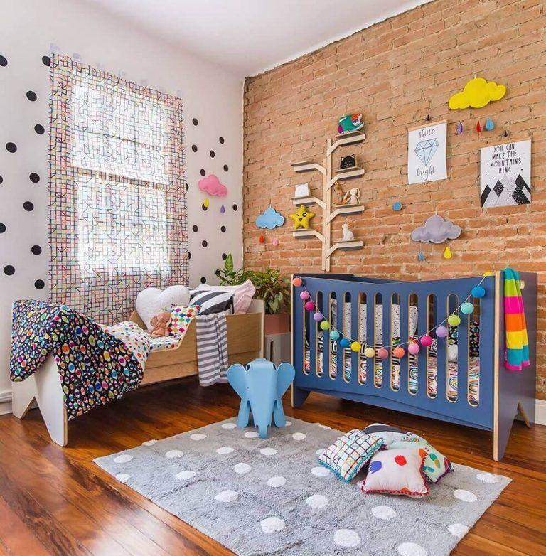 quarto de bebê com berço azul colorido