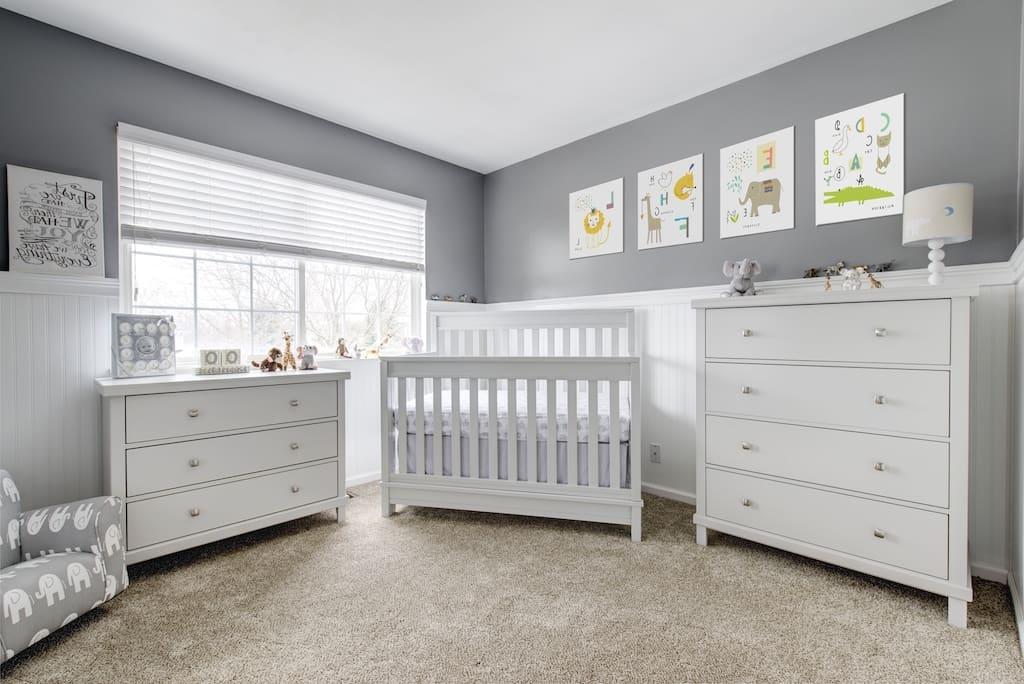 Quarto de bebê menino monocromático cinza e branco