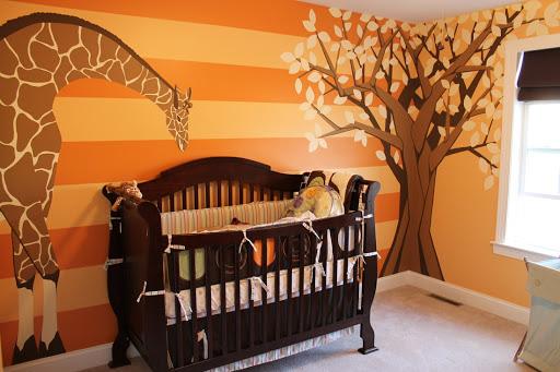 quarto de bebê laranja com girafa