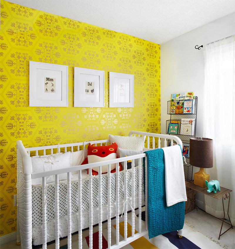 quarto de bebê com papel de parede amarelo