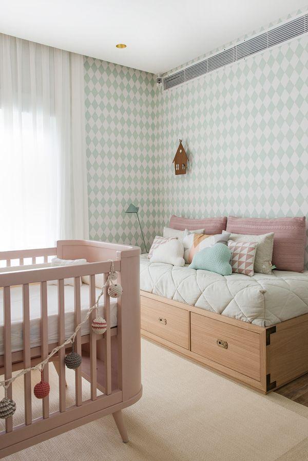 quarto de bebê menina com berço rosa.
