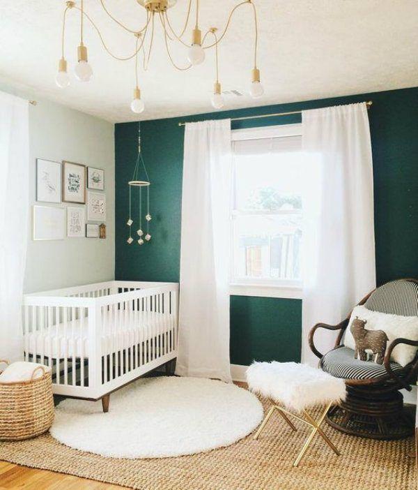 quarto bebê verde escuro e branco.
