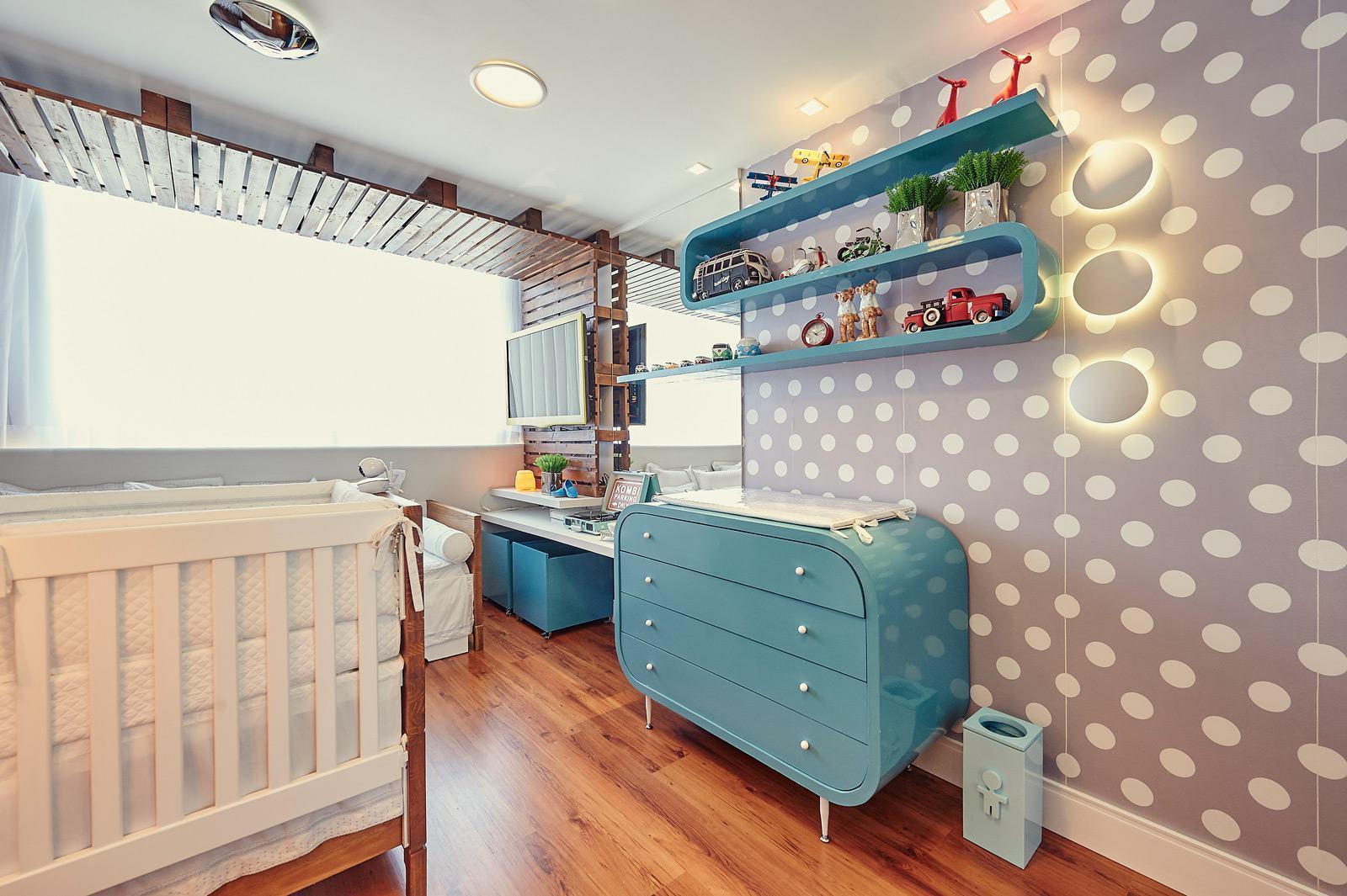 quarto de bebê azul e cinza com bolinhas