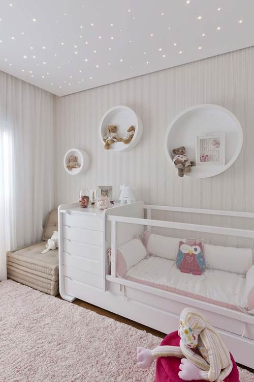 quarto de bebê com teto de fibra óptica