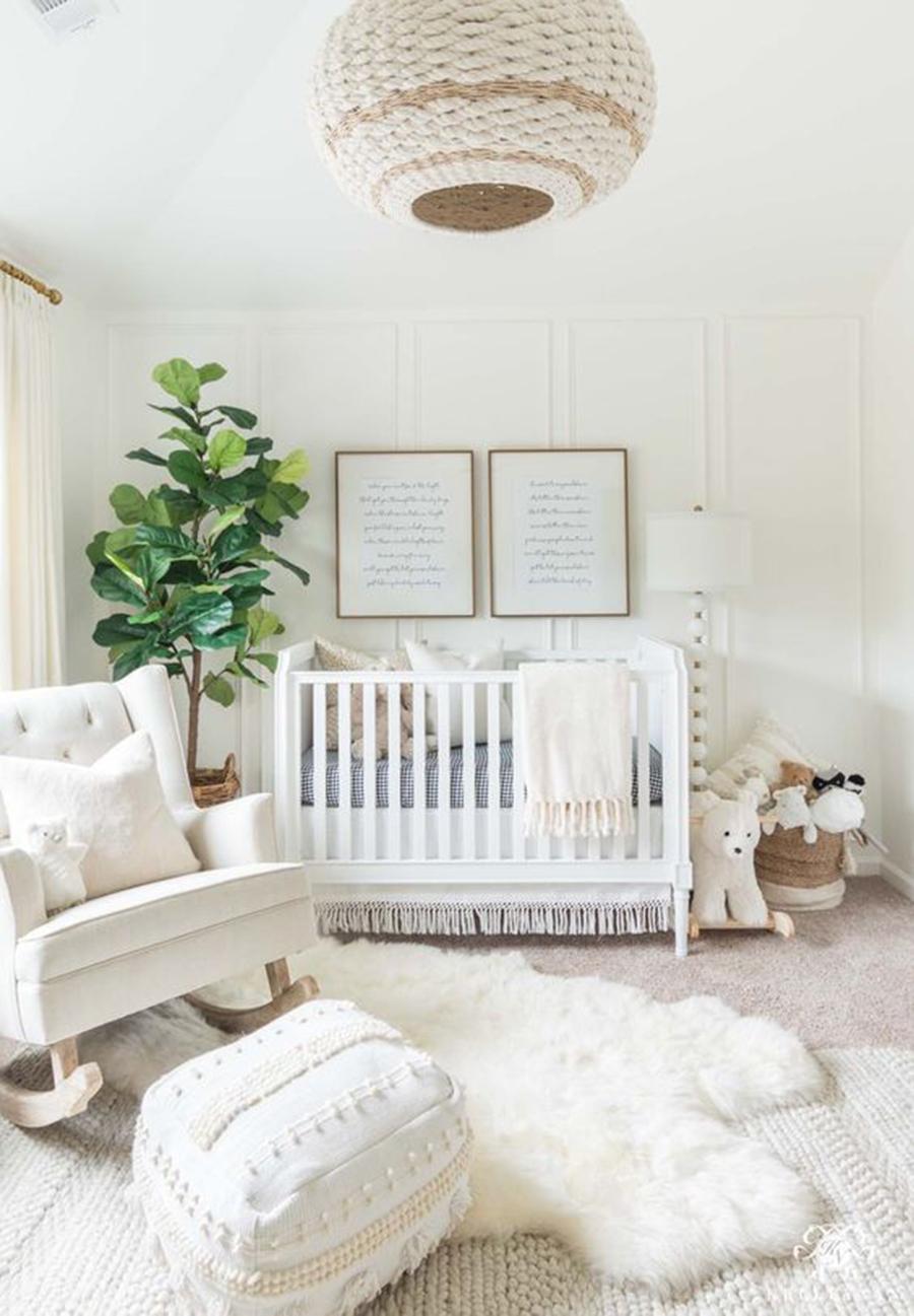 quarto de bebê branco com planta
