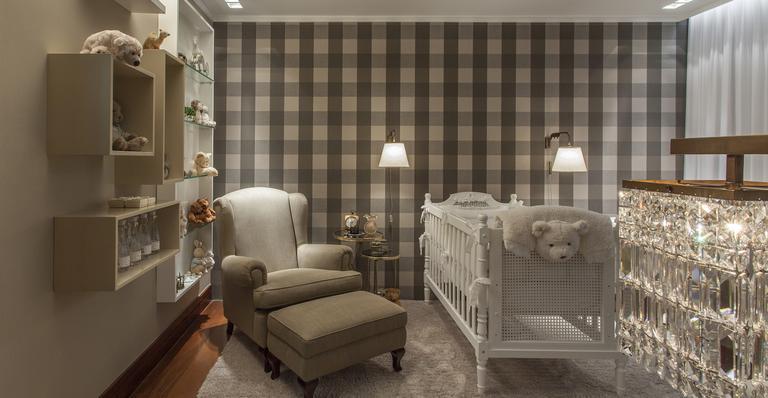 quarto infantil vintage parede forrada com tecido.