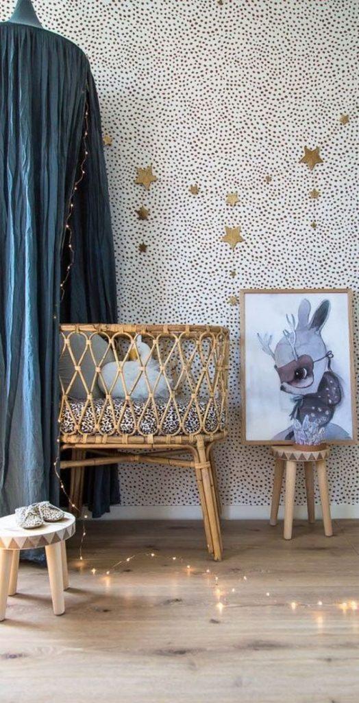 quarto de bebê menina com estrelas douradas