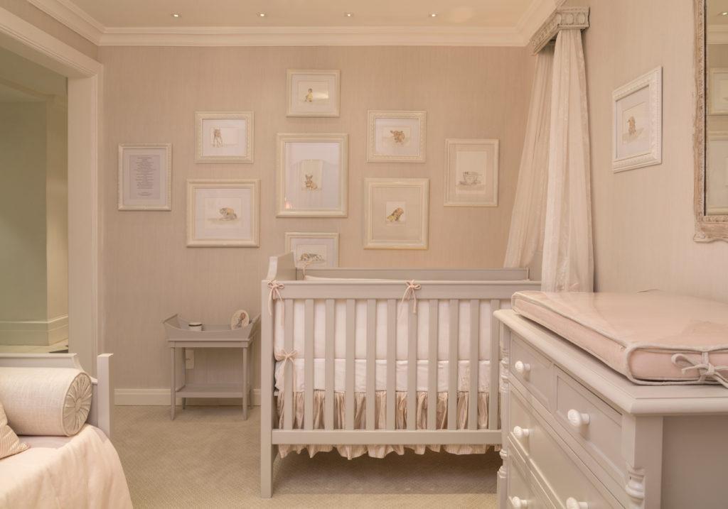 quarto de bebê menina areia com dossel