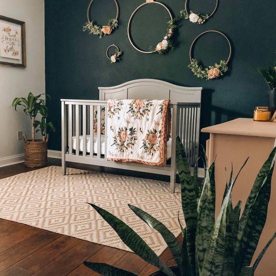 Quarto de bebê verde escuro com rosa