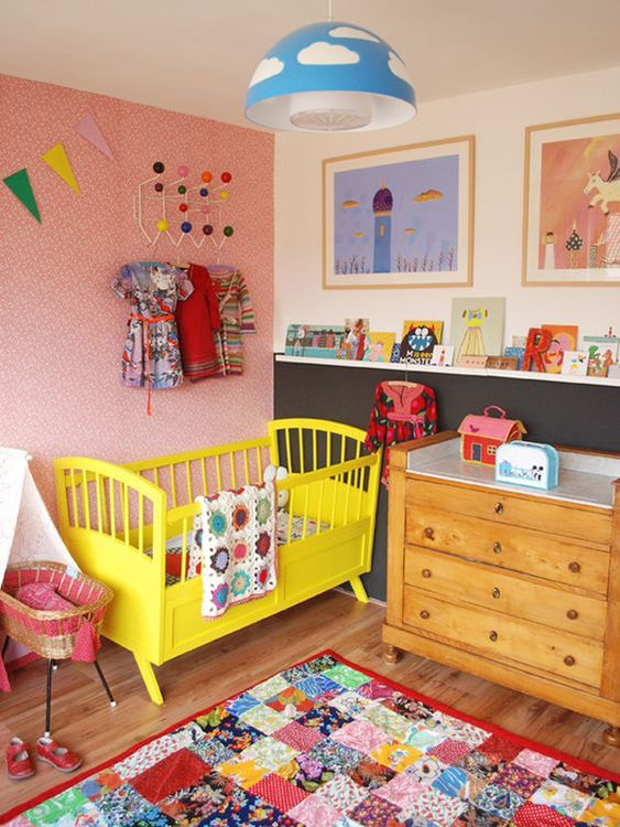quarto de bebê com berço amarelo.