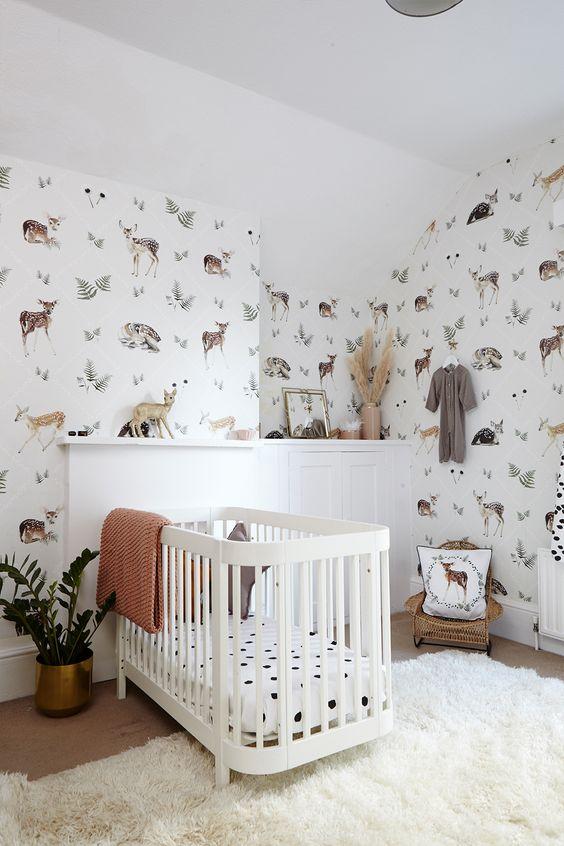 quarto com papel de parede delicado bichos
