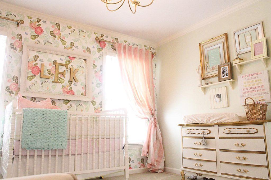 quarto de de bebê com flores dourado