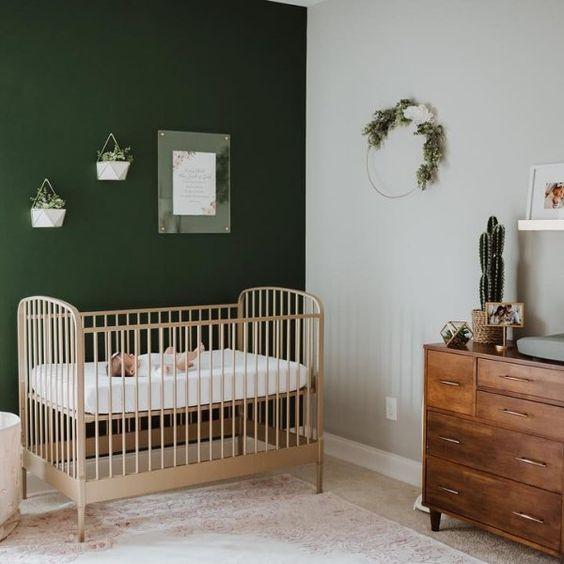quarto de bebê berço natural e parede verde escura
