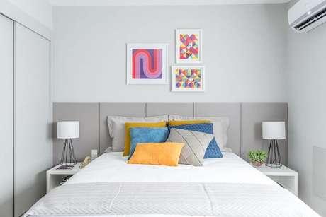 Quarto de casal planejado com decoração simples e colorida.