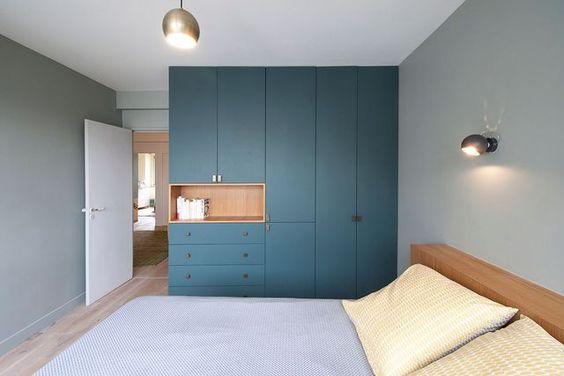 Quarto de casal planejado minimalista e azul.