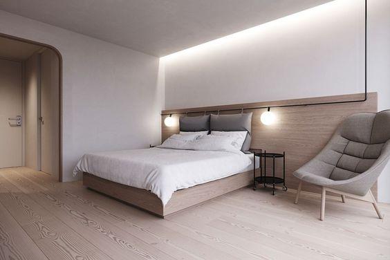 Quarto de casal planejado com decoração minimalista e madeira.