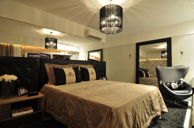Ambiente com decoração moderna e detalhes em preto.