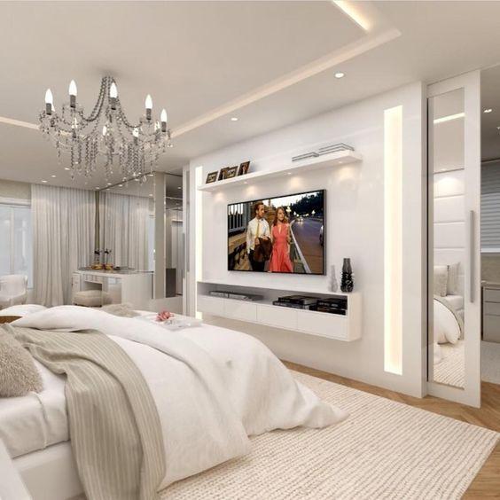 Quarto com decoração branca e luxuosa.