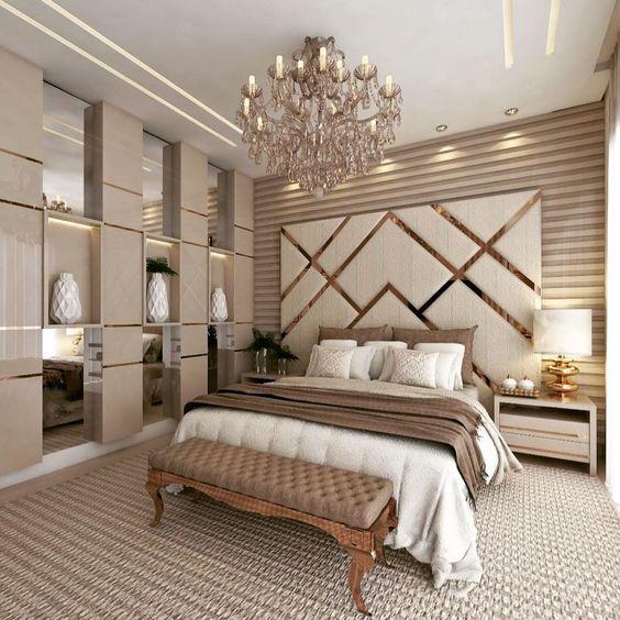 Quarto com decoração sofisticada e luxuosa.