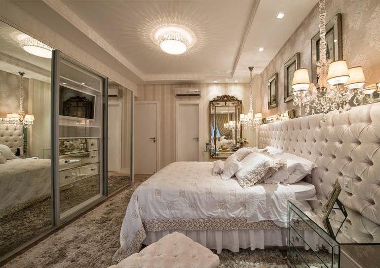 Quarto com decoração luxuosa e clássica.