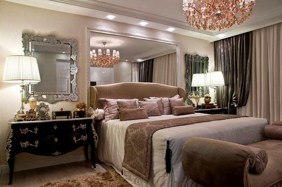 Quarto de casal planejado com decoração luxuosa e requintada.