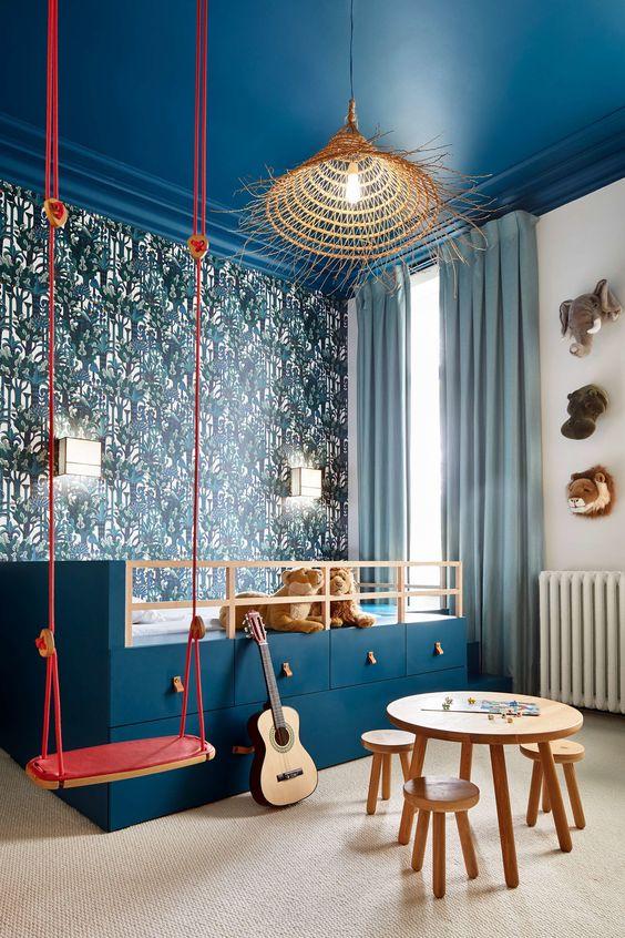 quarto infantil montessoriano com teto azul