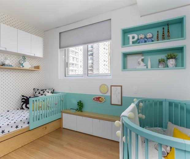 quarto para bebê e criança maior azul  claro.