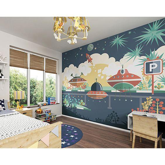 quarto de criança com painel decorativo azul.