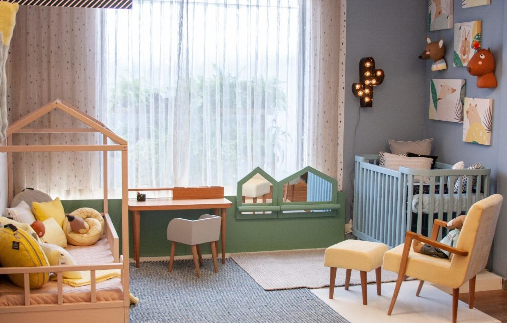 Quarto montessoriano para duas crianças com berço e cama