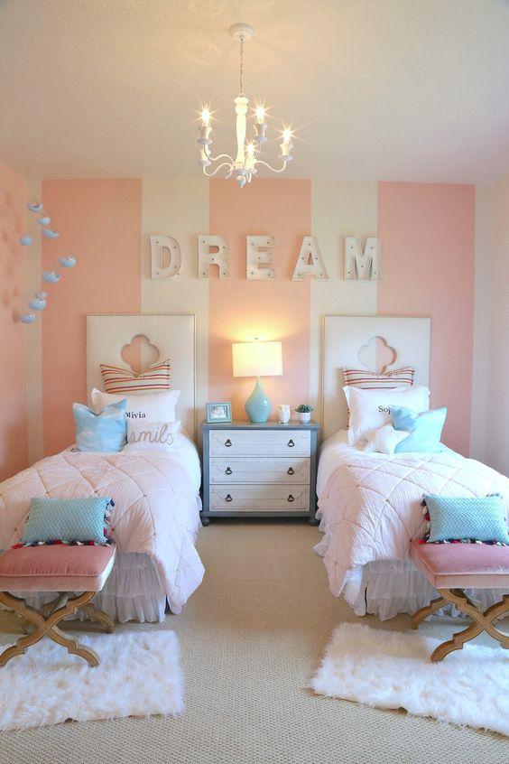 quarto de criança feminino com listras rosa e azul