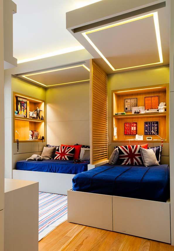 quarto de menino com painel de madeira e teto em gesso