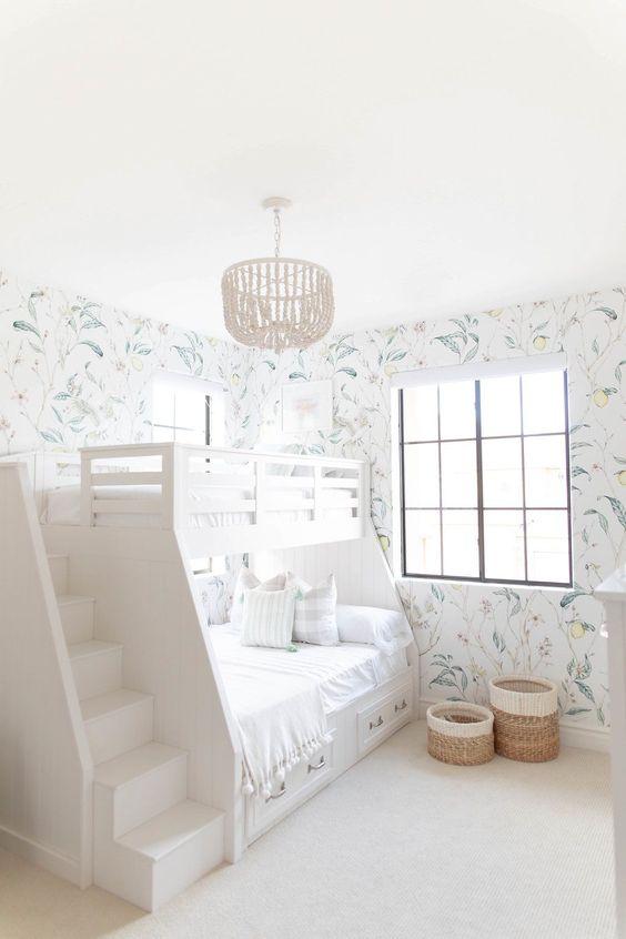 quarto feminino infantil neutro com papel de parede floral