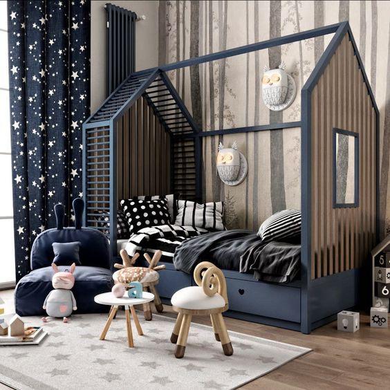 quarto de criança montessoriano com cama azul