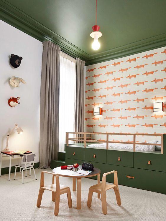 quarto montessoriano verde oliva com papel de parede raposinha