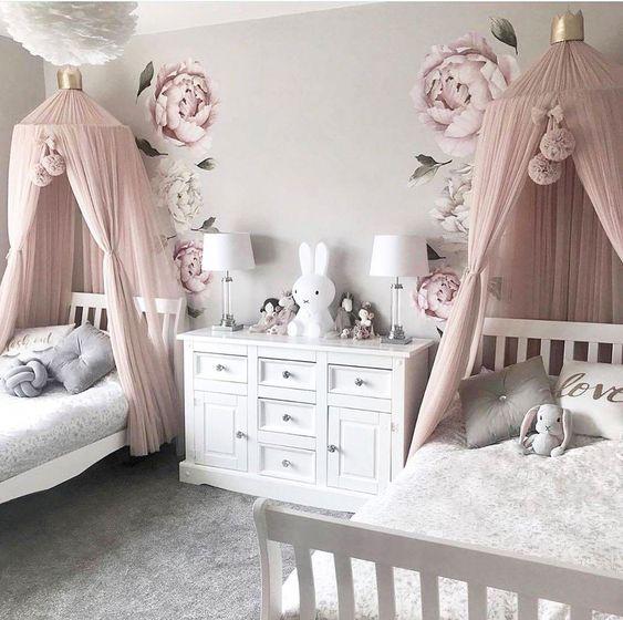 quarto de criança com dossel rola e papel de parede floral