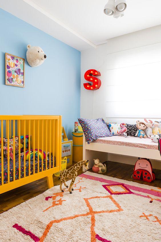 quarto amarelo e divertido para criança e bebê